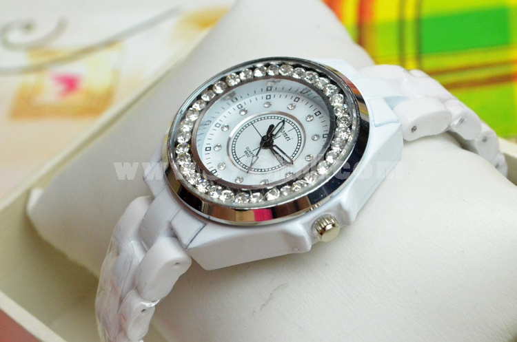 Retro Style Women's Ceramic Alloy Quartz Movement Glass Round Fashion Watcht (More Colors)
