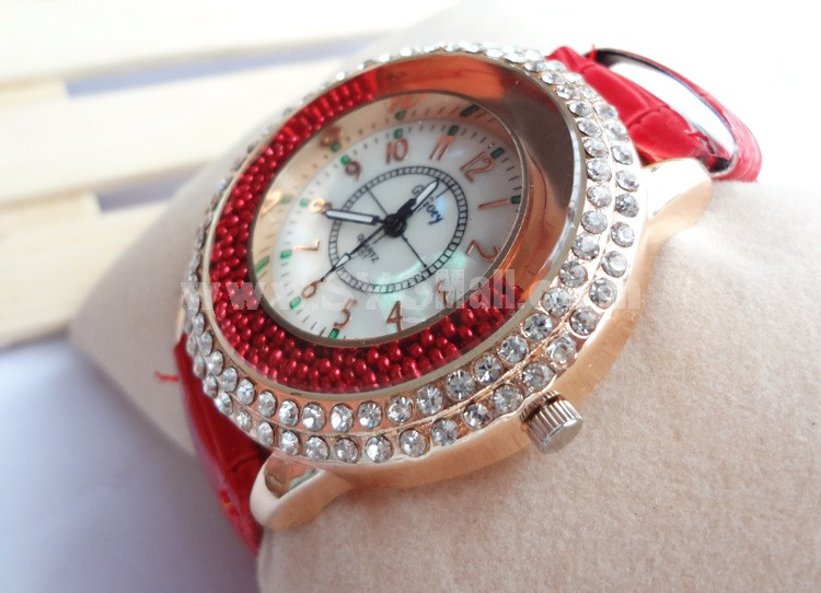 Retro Style Women's Alloy Quartz Movement Glass Round Fashion Watch